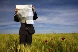 entrepreneur ou comptable perdu dans un champ avec une carte