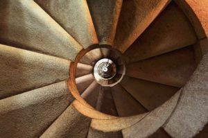 escalier en spirale symbolisant la spirale vers le surendettement